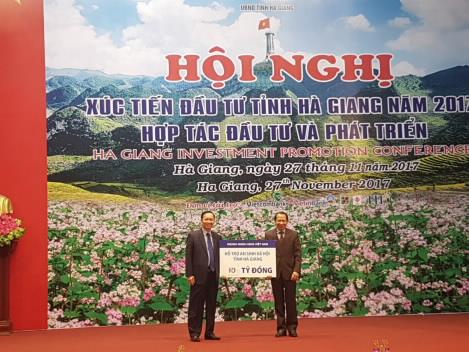 C:\Users\User\AppData\Local\Temp\3.Pho Thong doc Dao Minh Tu dai dien nganh Ngan hang trao tang tuong trung ho tro ASXH cho Lanh dao tinh Ha Giang.jpg
