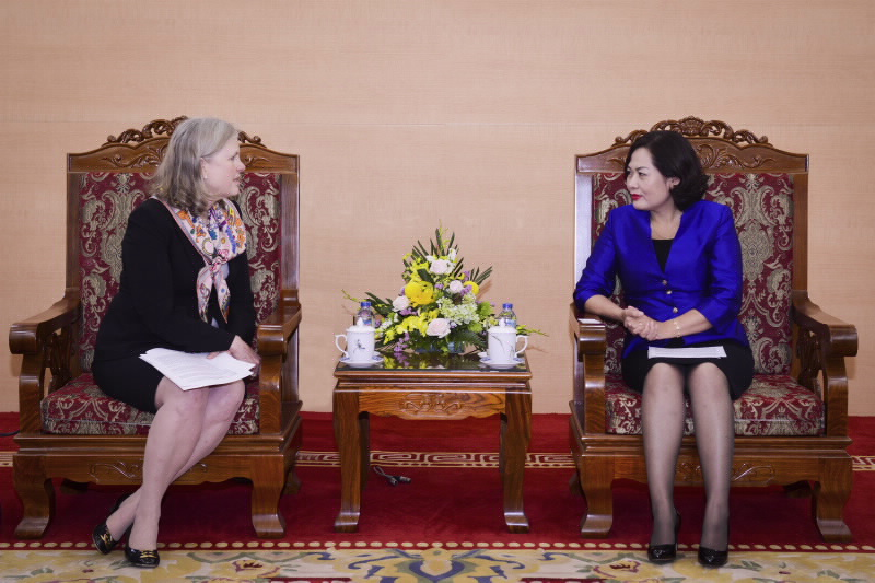 Deputy Governor Nguyen Thi Hong receives Deputy Assistant Secretary, U.S Department of Commerce
