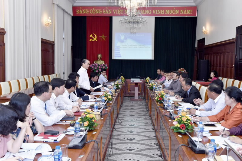 SBV Deputy Governor Nguyen Dong Tien works with Deputy Minister